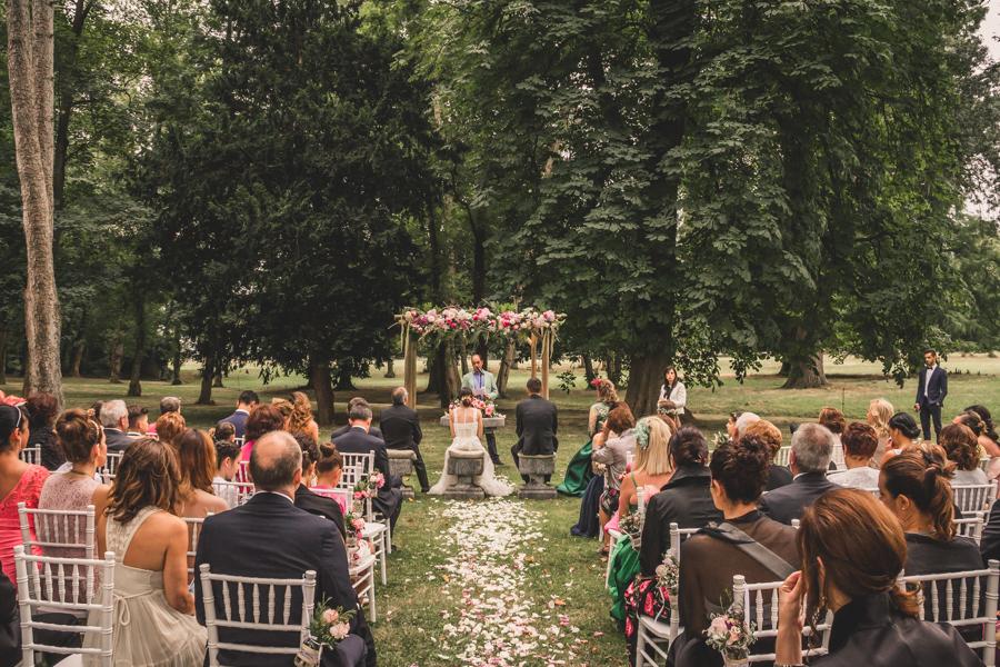 fotos de boda en la casona de las fraguas cantabria vista trasera de los novios