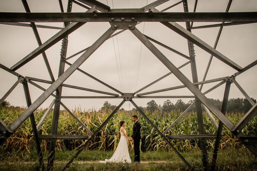 fotos de boda en la casona de las fraguas cantabria novios posando en torre eléctrica