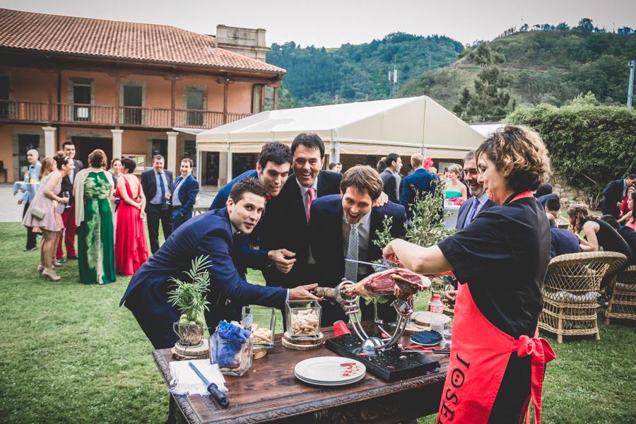 fotos de boda en la casona de las fraguas cantabria amigos cortando jamón