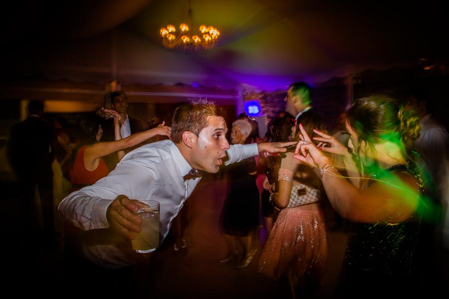 fotos de boda en la casona de las fraguas cantabria invitado bailando