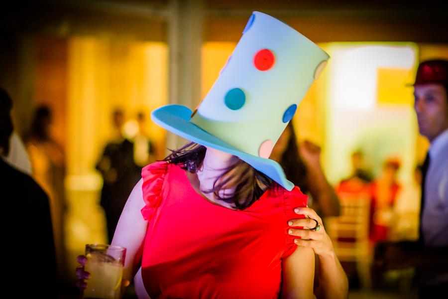fotos de boda en la casona de las fraguas cantabria invitada con sombrero de broma