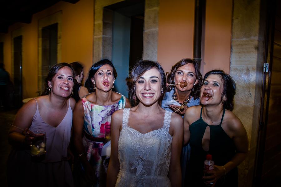 fotos de boda en la casona de las fraguas cantabria invitadas haciendo tonterías
