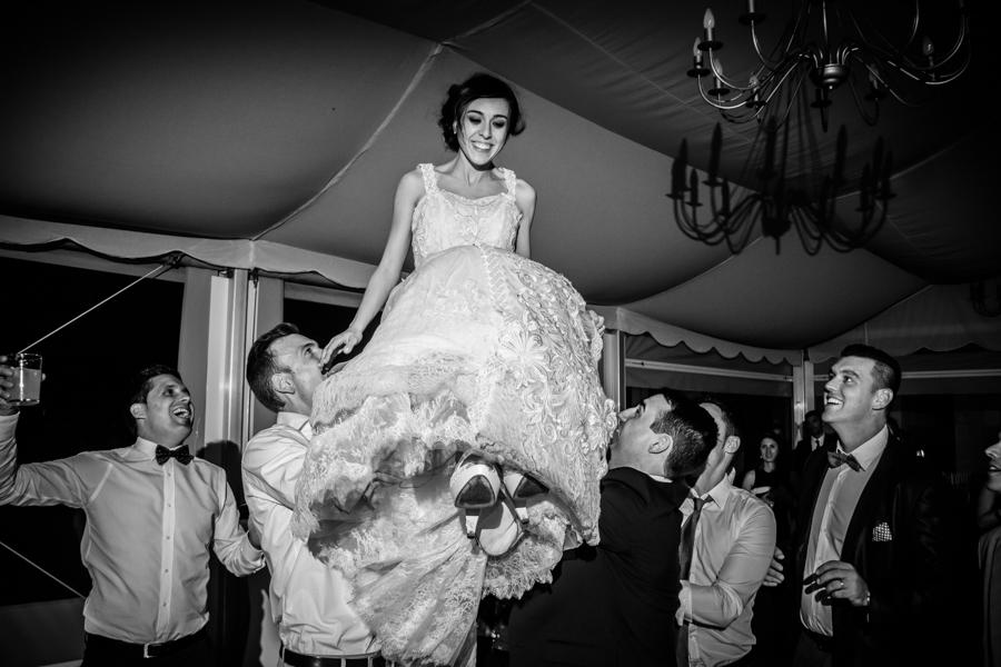 fotos de boda en la casona de las fraguas cantabria invitadas levantando a la novia