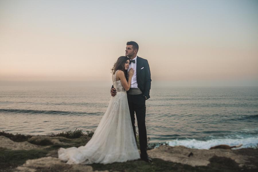 fotos de boda en la casona de las fraguas cantabria novios abrazados en el mar