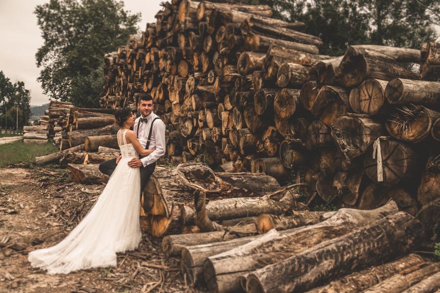 fotos de boda en la casona de las fraguas cantabria novios posando en madera cortada