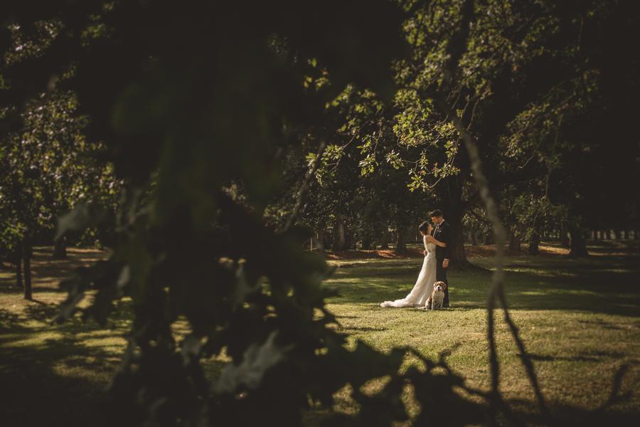 fotos de boda en la casona de las fraguas cantabria novios posando con perro