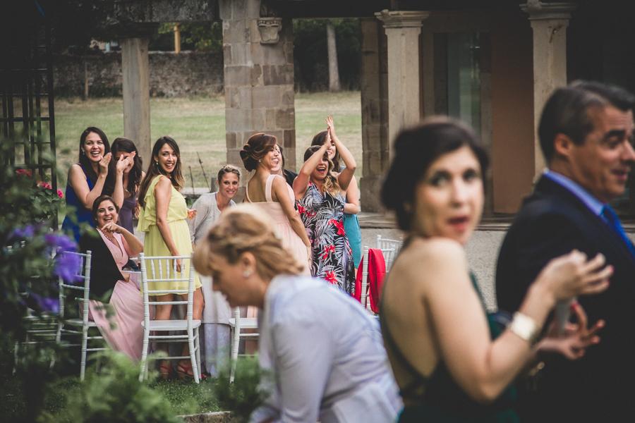 fotos de boda en la casona de las fraguas cantabria invitadas aplaudiendo