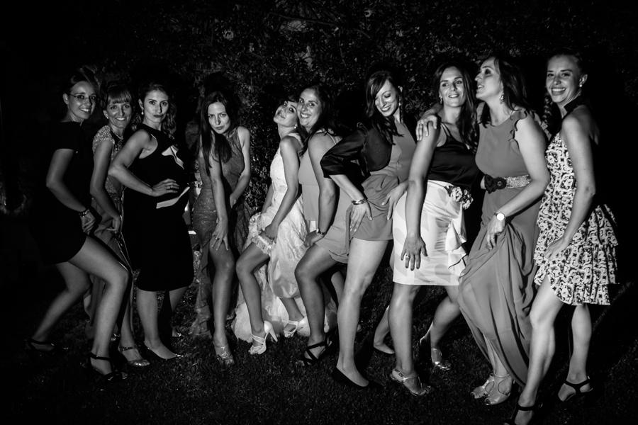 fotos de boda en la casona de las fraguas cantabria amigas jugando con el velo